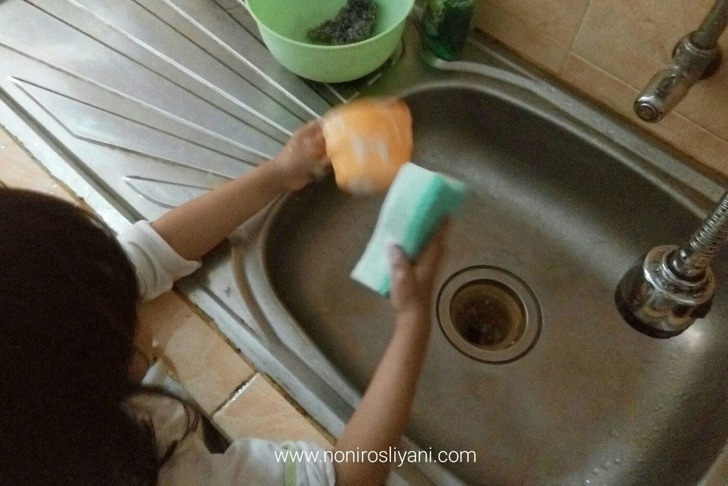 Practical Skill for Toddler: Mencuci Piring Sendiri