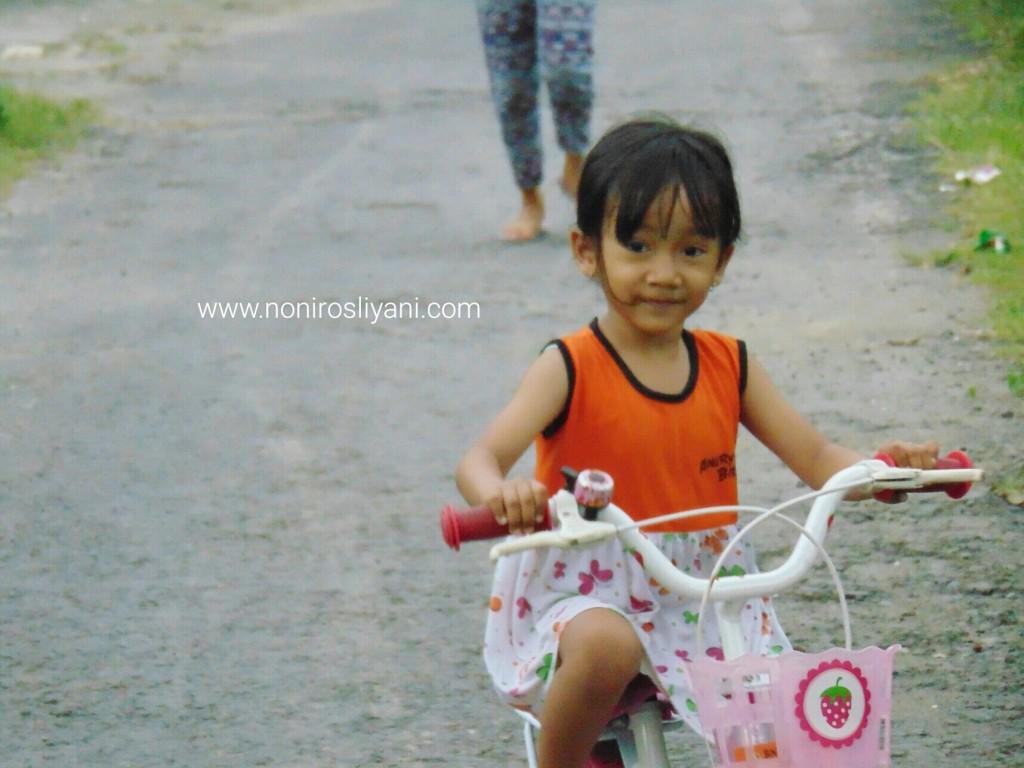 Luna-naik-sepeda