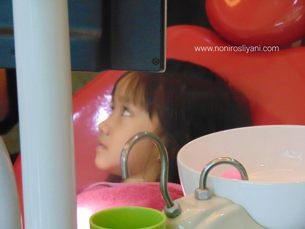 melatih anak berani periksa gigi